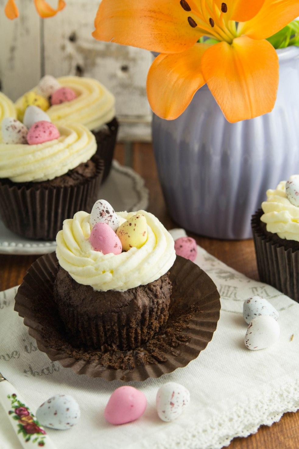 muffiny czekoladowe z kremem maślanym i jajeczkami czekoladowymi na wielkanoc