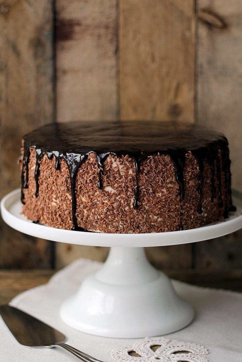 Tort kawowy z powidłami śliwkowymi i kremem straciatella...