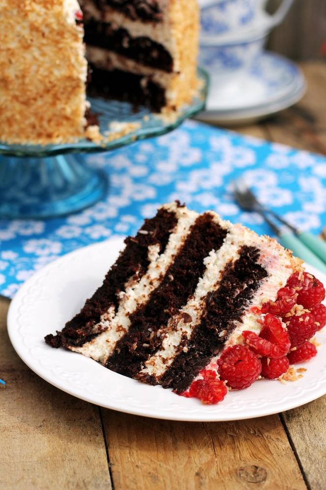 wilgotny tort czekoladowy kokosowy z malinami brownie krem kokosowy