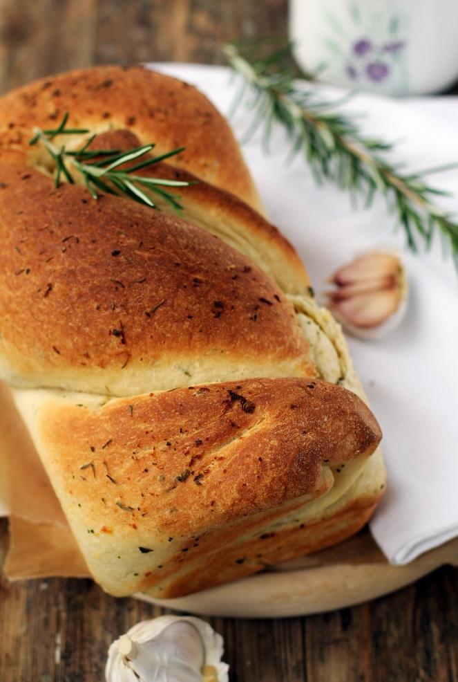 chleb z czosnkiem i rozmarynem na drożdżach