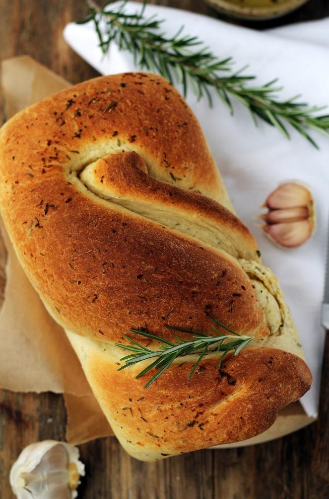 zakręcony chlebek z czosnkiem i rozmarynem