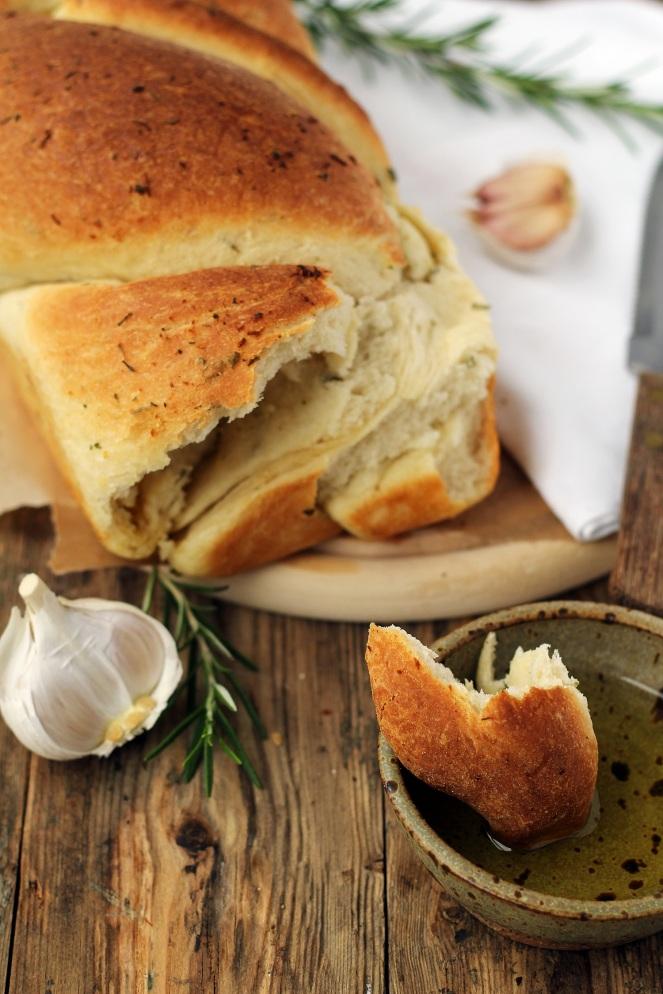 drożdżowy chlebek z czosnkiem i rozmarynem