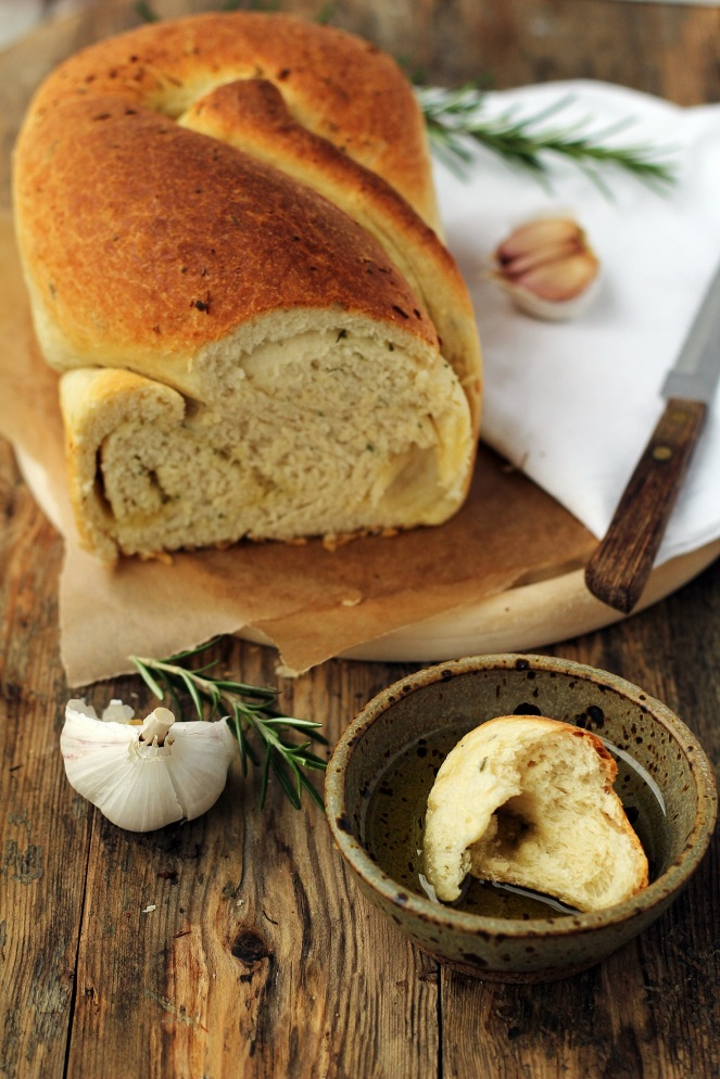 domowy chleb drożdżowy z czosnkiem i rozmarynem