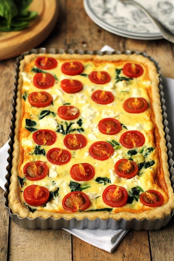 tarta z pomidorami, szpinakiem i fetą