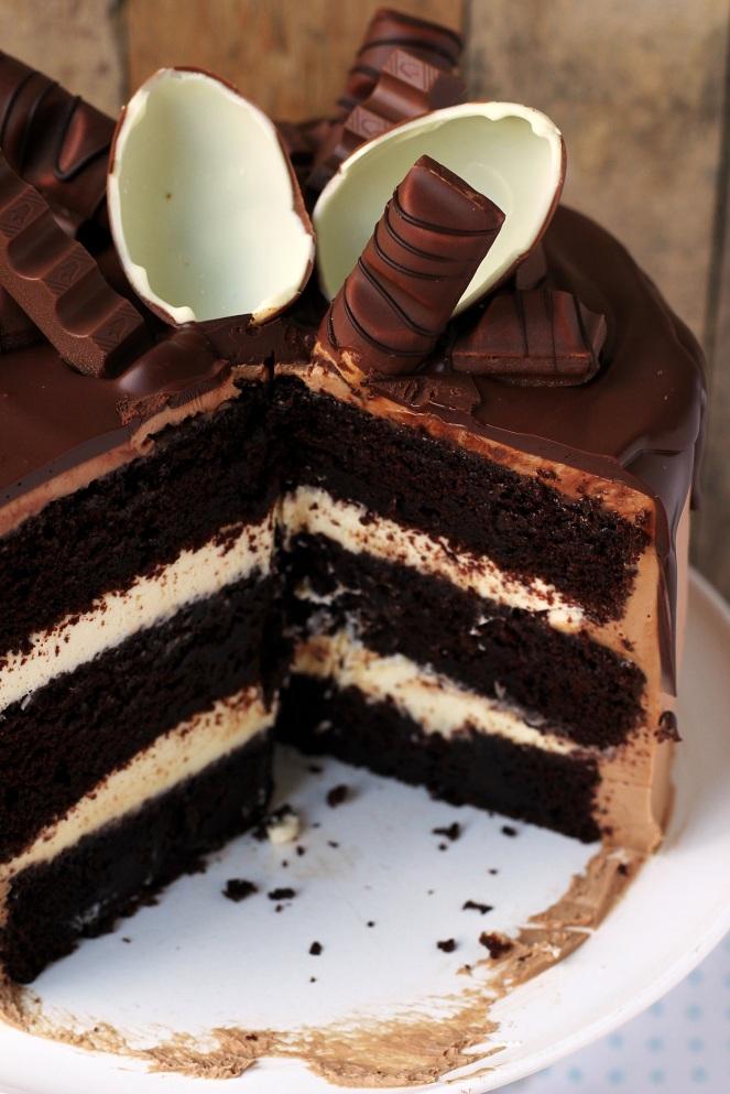 tort potrójnie czekoladowy z czekoladkami kinder