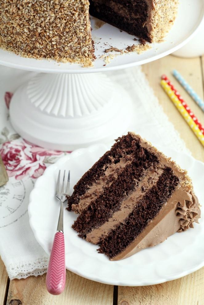 tort czekoladowy na biszkopcie rzucanym z kokosową posypką
