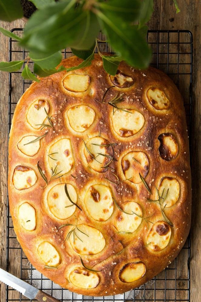 puszysta aromatyczna focaccia z ziemniakami i rozmarynem