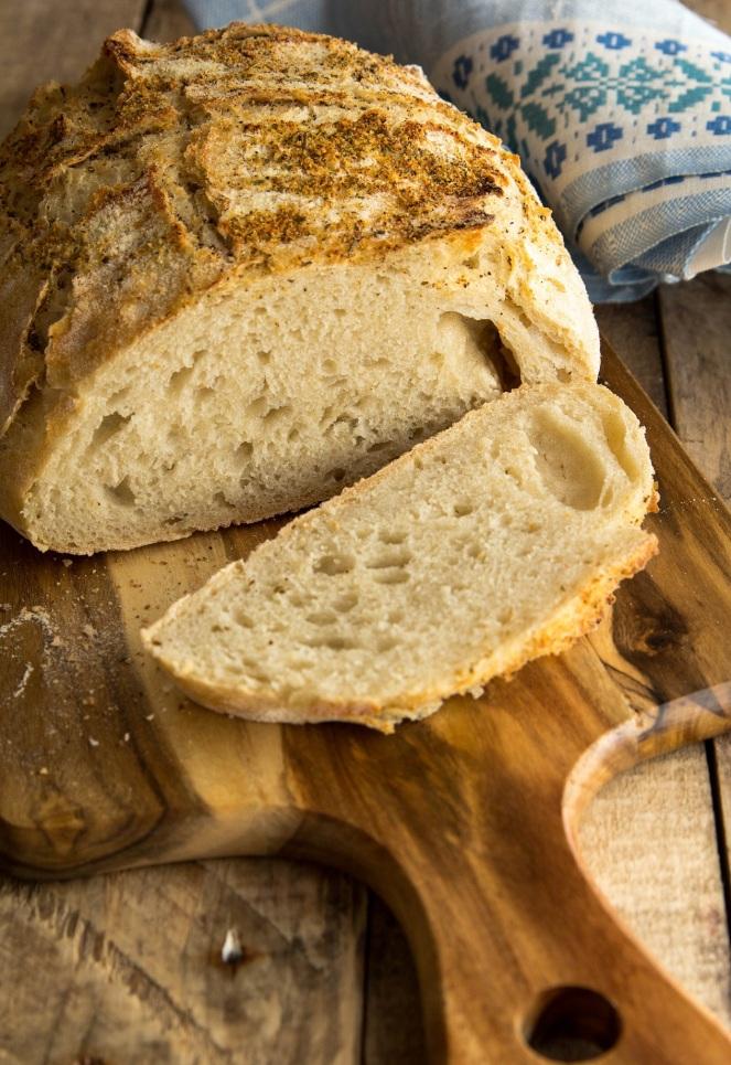 włoski chleb bez zagniatania z parmezanową posypką