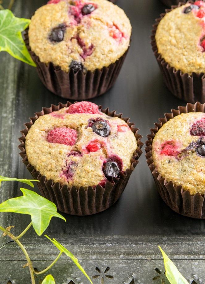 zdrowe pełnoziarniste muffiny z owocami bez cukru
